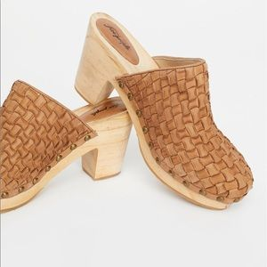 BNWT Free People Adelaide Clogs in tan